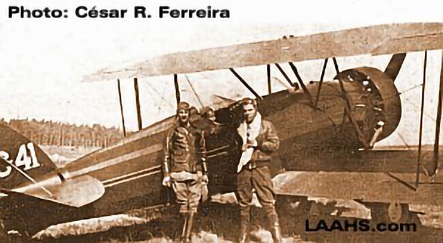 Rodrígues and Bastos posing with the Vermelinho serial C-41